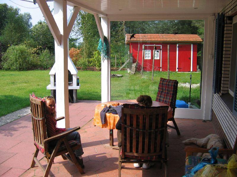 Das Ferienhaus - Die überdachte Terasse, Sitzbereich