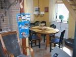 Das Ferienhaus - Essecke hinterm Kamin der Sitzecke